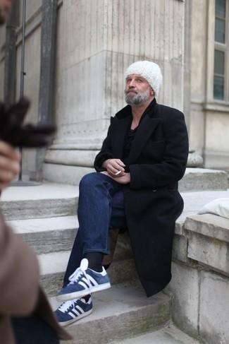 Trend da uomo 2020: Prova a combinare un soprabito nero con jeans blu scuro se cerchi uno stile ordinato e alla moda. Non vuoi calcare troppo la mano con le scarpe? Scegli un paio di sneakers basse in pelle scamosciata blu scuro e bianche come calzature per la giornata.