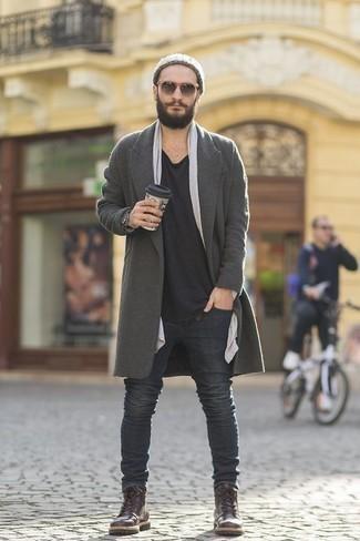 Trend da uomo 2020 quando fa freddo: Vestiti con un soprabito grigio e jeans grigio scuro per creare un look smart casual. Stivali casual in pelle marrone scuro sono una valida scelta per completare il look.