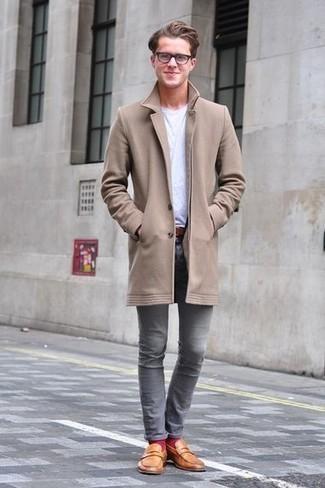 Come indossare e abbinare jeans grigi: Punta su un soprabito marrone chiaro e jeans grigi per un look davvero alla moda. Lascia uscire il Riccardo Scamarcio che è in te e scegli un paio di mocassini eleganti in pelle terracotta per dare un tocco di classe al tuo look.