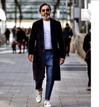 Come indossare e abbinare una t-shirt girocollo bianca: Mostra il tuo stile in una t-shirt girocollo bianca con pantaloni eleganti blu per essere elegante ma non troppo formale. Sneakers basse in pelle bianche e nere renderanno il tuo look davvero alla moda.