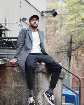 Come indossare e abbinare: soprabito grigio, t-shirt girocollo bianca, pantaloni sportivi neri, sneakers basse di tela nere e bianche