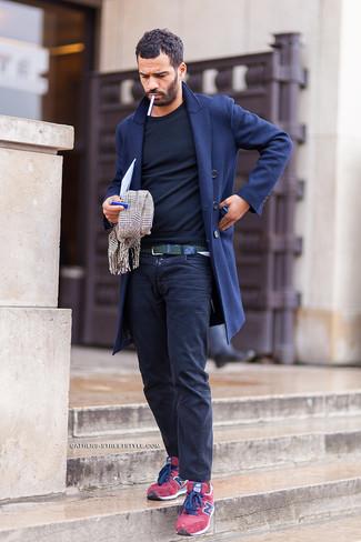 Come indossare e abbinare: soprabito blu scuro, t-shirt manica lunga nera, chino blu scuro, sneakers basse in pelle scamosciata rosse