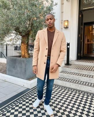 Come indossare e abbinare un soprabito marrone chiaro: Scegli un soprabito marrone chiaro e jeans blu per un look elegante ma non troppo appariscente. Scarpe sportive bianche creeranno un piacevole contrasto con il resto del look.