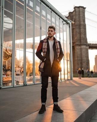 Come indossare e abbinare un soprabito a quadri nero: Potresti combinare un soprabito a quadri nero con jeans neri se cerchi uno stile ordinato e alla moda. Chukka in pelle scamosciata marrone scuro sono una interessante scelta per completare il look.