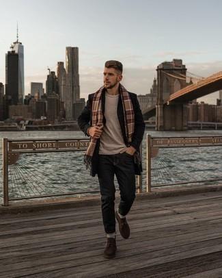 Come indossare e abbinare un soprabito a quadri nero: Metti un soprabito a quadri nero e jeans grigio scuro, perfetto per il lavoro. Chukka in pelle scamosciata marrone scuro sono una valida scelta per completare il look.