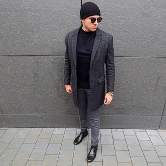 Come indossare e abbinare: soprabito grigio scuro, t-shirt manica lunga nera, pantaloni eleganti di lana grigi, stivali chelsea in pelle neri