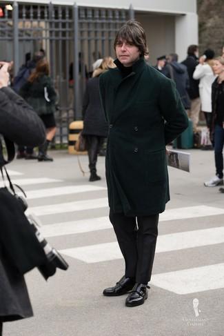 Come indossare e abbinare: soprabito verde scuro, dolcevita nero, pantaloni eleganti neri, scarpe double monk in pelle nere