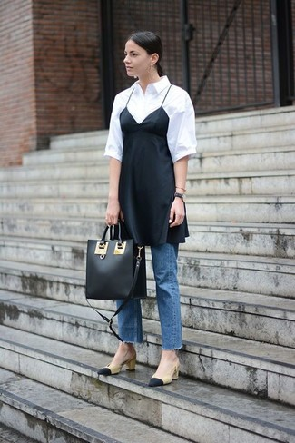 Come indossare: sottoveste di seta nera, camicia a maniche corte bianca, jeans blu, décolleté in pelle neri e marrone chiaro