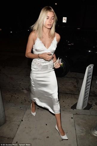 Trend da donna: Mostra il tuo stile in una sottoveste di raso bianca e sarai un vero sballo. Un paio di décolleté in pelle bianchi si abbina alla perfezione a una grande varietà di outfit.