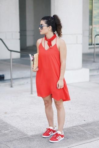 Come indossare: sottoveste rossa, sneakers basse rosse, pochette di paglia marrone chiaro, bandana rossa