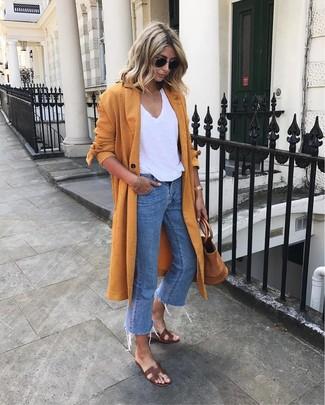 Come indossare e abbinare: spolverino arancione, t-shirt con scollo a v bianca, jeans blu, sandali piatti in pelle marrone scuro