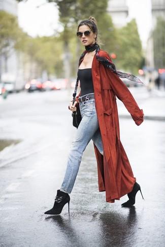 Come indossare e abbinare: spolverino rosso, canotta nera, jeans azzurri, stivaletti in pelle scamosciata neri