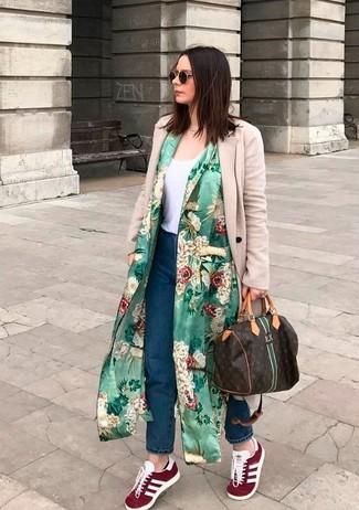 Metti un spolverino a fiori verde e un borsone per un look spensierato e alla moda. Aggiungi un tocco fantasioso indossando un paio di sneakers basse in pelle scamosciata bordeaux.