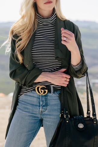 Trend da donna: Per creare un adatto a un pranzo con gli amici nel weekend prova ad abbinare uno spolverino verde scuro con jeans azzurri.