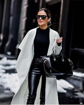 Come indossare e abbinare: spolverino bianco, maglione girocollo nero, pantaloni skinny in pelle neri, borsa shopping in pelle nera