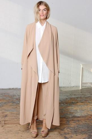 Come indossare e abbinare: spolverino marrone chiaro, camicia elegante bianca, pantaloni stretti in fondo marrone chiaro, sandali con tacco in pelle pesanti marrone chiaro