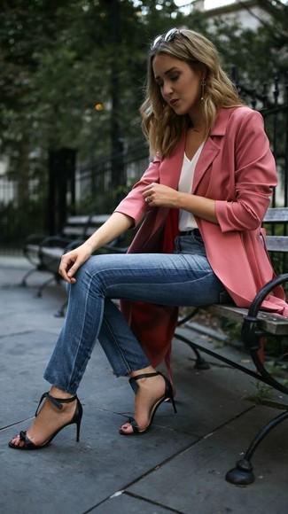 Come indossare e abbinare jeans aderenti blu: Vestiti con uno spolverino rosa e jeans aderenti blu per un look trendy e alla mano. Rifinisci questo look con un paio di sandali con tacco in pelle neri.