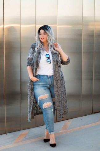 Come indossare e abbinare: spolverino di pizzo grigio, t-shirt con scollo a v bianca, jeans aderenti strappati blu, décolleté in pelle scamosciata neri