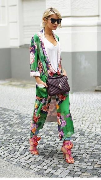 Come indossare e abbinare: spolverino a fiori verde, t-shirt con scollo a v bianca, jeans boyfriend azzurri, sandali con tacco in pelle fucsia