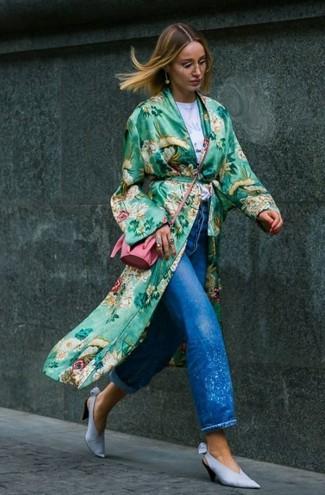 Come indossare: spolverino a fiori verde, t-shirt girocollo stampata bianca, jeans boyfriend blu, décolleté in pelle azzurri