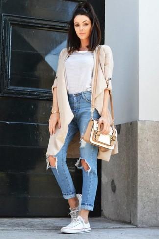 Come indossare e abbinare una borsa a tracolla in pelle bianca: Coniuga uno spolverino beige con una borsa a tracolla in pelle bianca per un look facile da indossare. Completa questo look con un paio di sneakers basse di tela bianche.