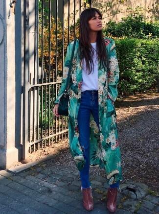 Come indossare e abbinare: spolverino a fiori verde, t-shirt girocollo bianca, jeans strappati blu, stivaletti in pelle bordeaux