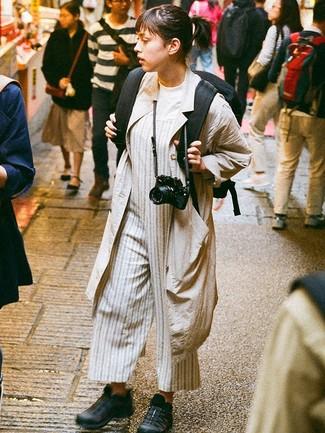 Come indossare: spolverino beige, t-shirt girocollo bianca, tuta a righe verticali grigia, scarpe sportive nere