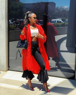 Come indossare e abbinare un top corto bianco: Mostra il tuo stile in un top corto bianco con jeans a campana neri per un look raffinato per il tempo libero. Décolleté in pelle rossi sono una eccellente scelta per completare il look.