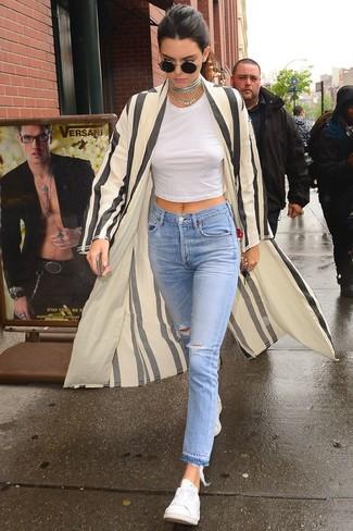 Come indossare e abbinare jeans strappati azzurri: Scegli uno spolverino a righe verticali beige e jeans strappati azzurri per un look perfetto per il weekend. Sneakers basse bianche sono una validissima scelta per completare il look.