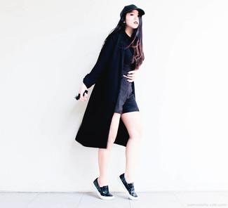 Prova ad abbinare un spolverino nero con pantaloncini neri per un semplice tocco di eleganza. Sneakers senza lacci in pelle nere renderanno il tuo look davvero alla moda.