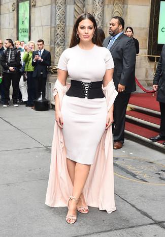 Come indossare e abbinare: spolverino rosa, vestito aderente lavorato a maglia bianco, sandali con tacco in pelle scamosciata rosa, cintura a vita alta elasticizzata nera