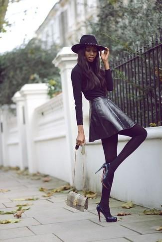 Una t-shirt a maniche lunghe nera e una gonna a pieghe in pelle nera ti daranno un tocco di grande eleganza e sensualità. Scegli un paio di décolleté in pelle neri per un tocco virile.