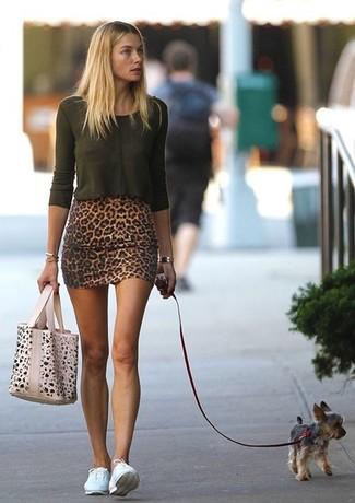 T shirt a maniche lunghe verde oscuro minigonna marrone sneakers basse bianche large 998