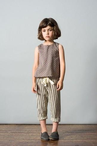 Come indossare e abbinare: t-shirt a pois marrone, pantaloni sportivi a righe verticali beige, sneakers in pelle grigio scuro