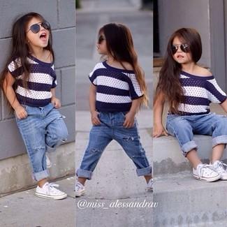 Come indossare e abbinare: t-shirt a righe orizzontali bianca e blu scuro, jeans azzurri, sneakers bianche