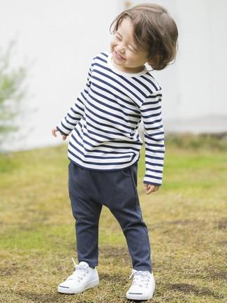 Look alla moda per ragazzo: T-shirt a righe orizzontali bianca e blu scuro, Pantaloni di jeans blu scuro, Sneakers bianche