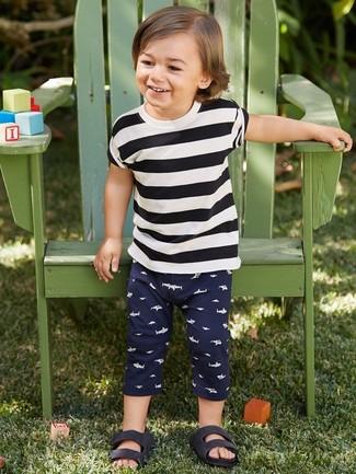 Come indossare: t-shirt a righe orizzontali bianca e nera, pantaloni sportivi blu scuro, sandali neri