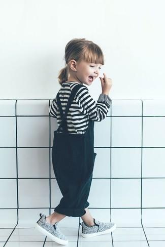 Come indossare e abbinare: t-shirt a righe orizzontali bianca e nera, salopette verde scuro, sneakers grigie