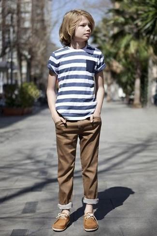Come indossare: t-shirt a righe orizzontali blu scuro, pantaloni marroni, scarpe da barca marrone chiaro