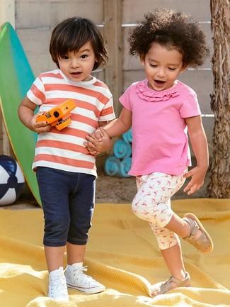 Look alla moda per ragazzo: T-shirt a righe orizzontali rossa e bianca, Pantaloncini di jeans blu scuro, Sneakers bianche