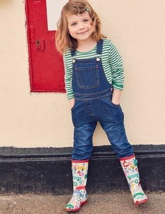 Come indossare e abbinare: t-shirt a righe orizzontali verde, salopette di jeans blu, stivali di gomma multicolori