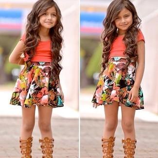 Come indossare e abbinare: t-shirt arancione, gonna multicolore, sandali marrone chiaro