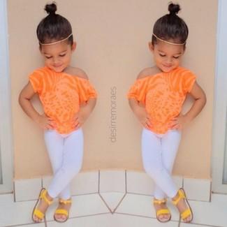 Come indossare e abbinare: t-shirt arancione, leggings bianchi, sandali gialli