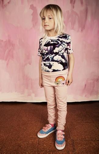 Look alla moda per ragazze: T-shirt stampata bianca e nera, Leggings rosa, Sneakers rosa, Calzini fucsia