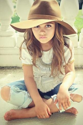 Come indossare: t-shirt bianca, jeans azzurri, borsalino marrone