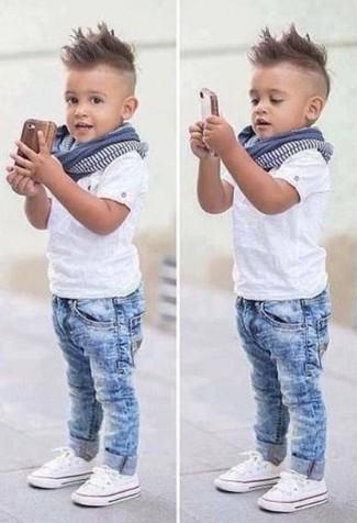 Come indossare e abbinare: t-shirt bianca, jeans azzurri, sneakers bianche, sciarpa blu