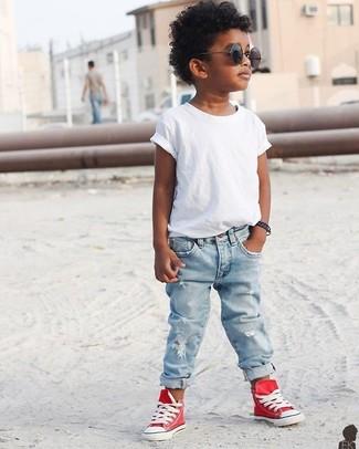 Come indossare: t-shirt bianca, jeans azzurri, sneakers rosse, occhiali da sole neri