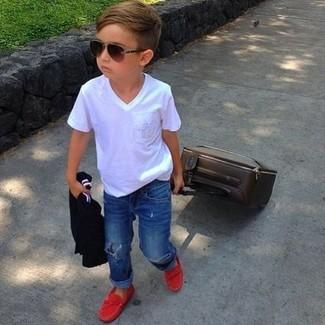 Come indossare: t-shirt bianca, jeans blu, mocassini eleganti rossi