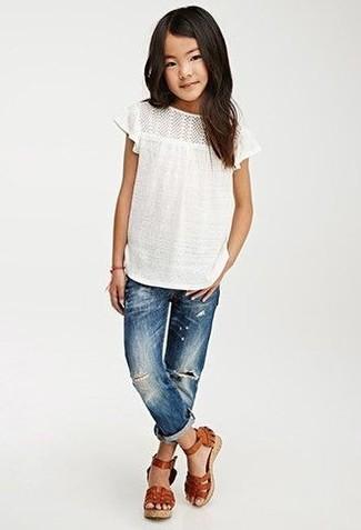 Come indossare e abbinare: t-shirt bianca, jeans blu, sandali in pelle marroni