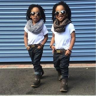 Come indossare e abbinare: t-shirt bianca, jeans blu scuro, stivali marrone scuro, sciarpa a righe orizzontali bianca